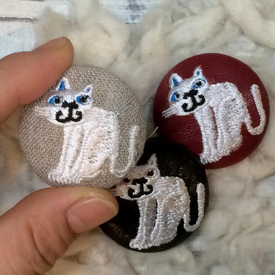 スマイル白ネコ刺繍くるみボタン/ハンド
