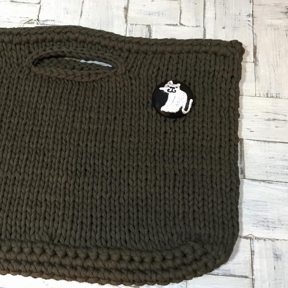スマイル白ネコ刺繍くるみボタン/バック黒革