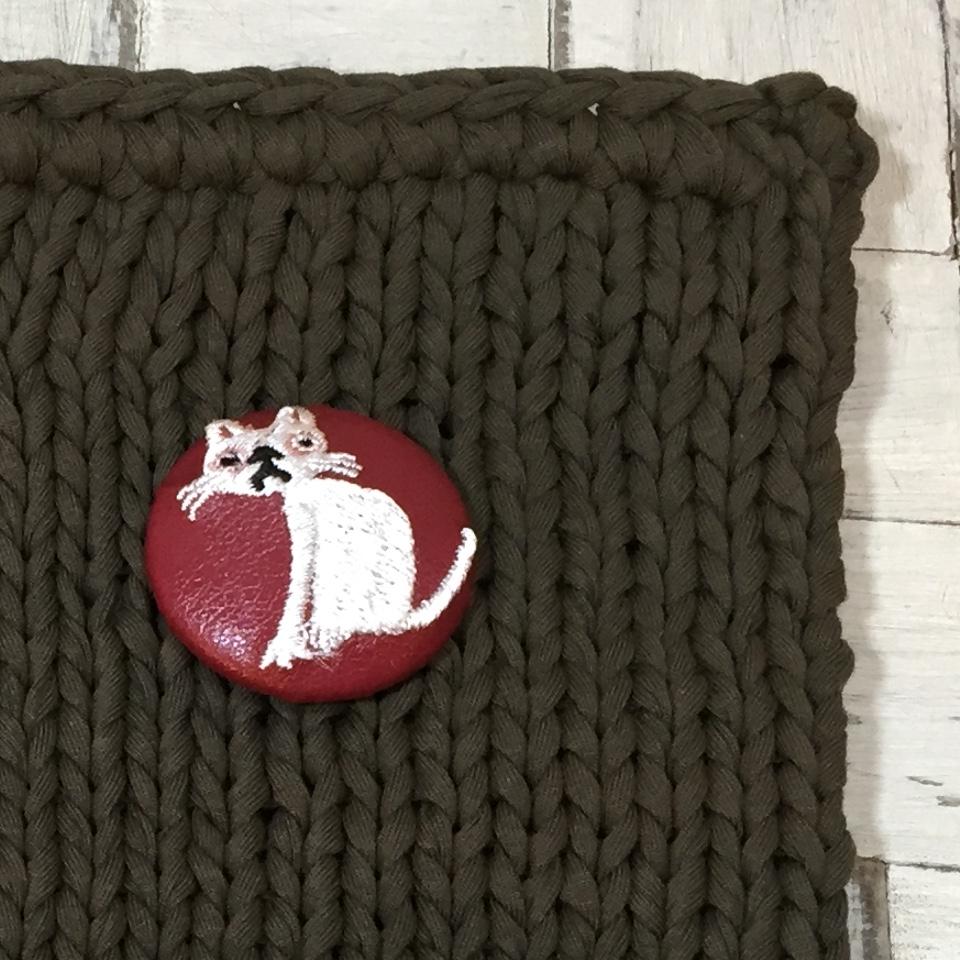猫へのじ[白]刺繍くるみボタン/バックアップ赤革