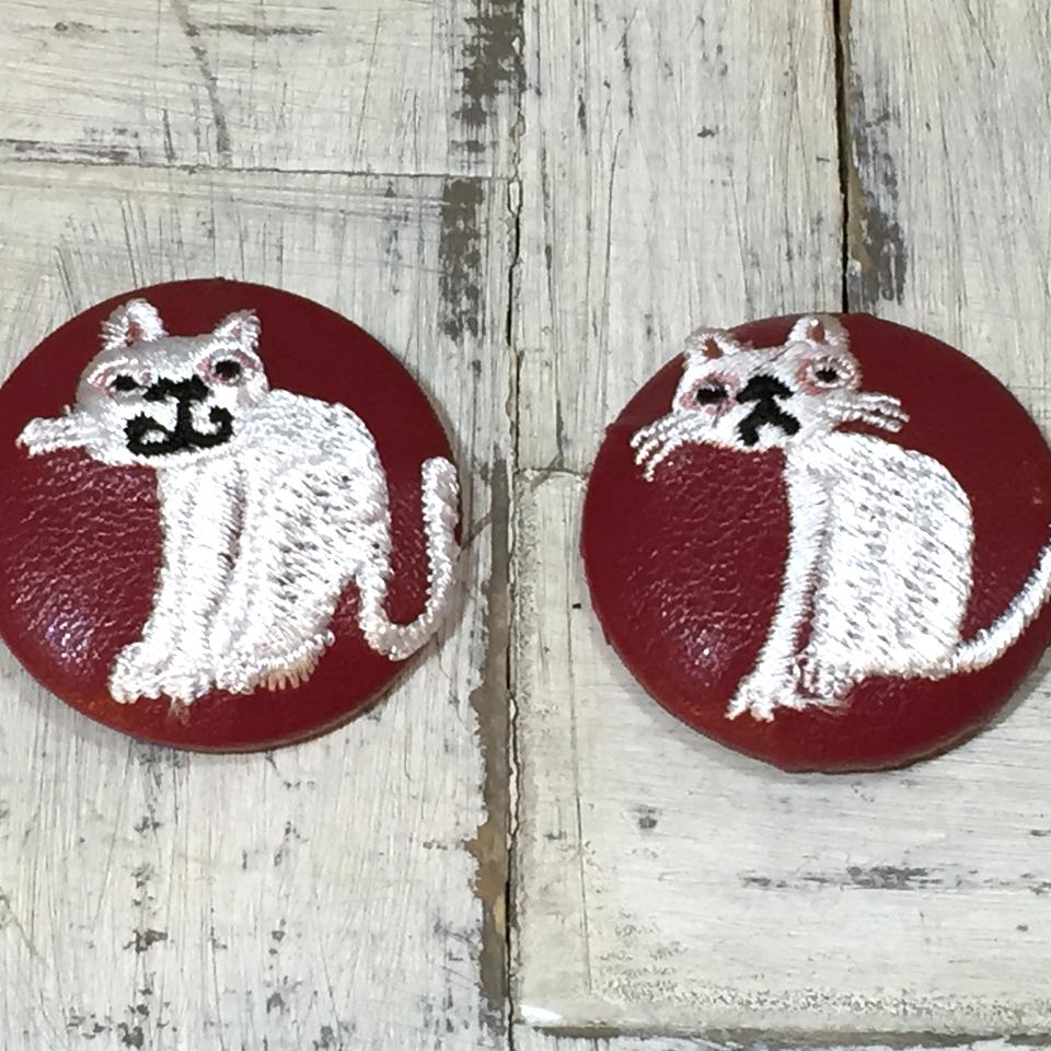 スマイルとへのじ白ネコ刺繍くるみボタン/赤革ピンク