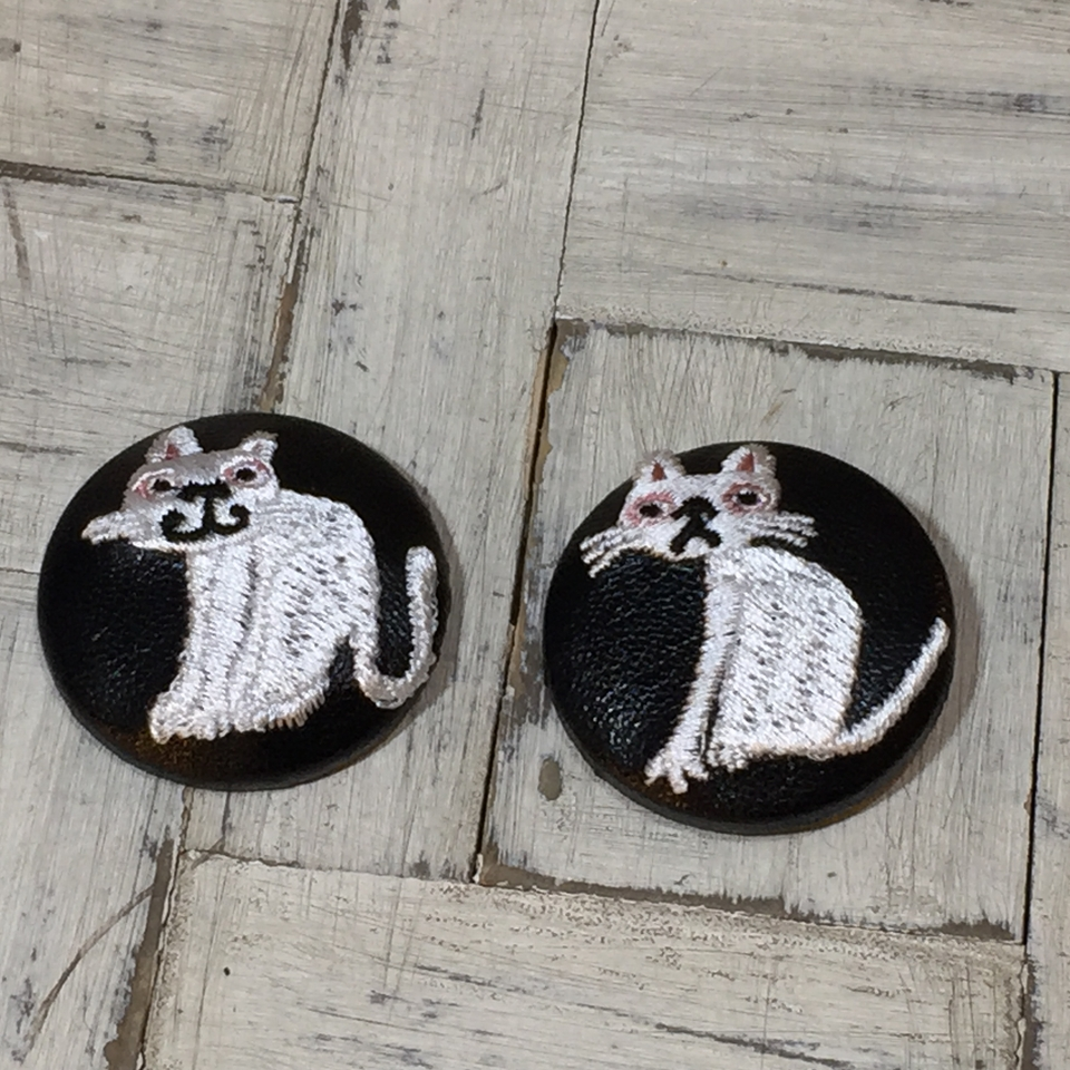 スマイルとへのじ白ネコ刺繍くるみボタン/黒革