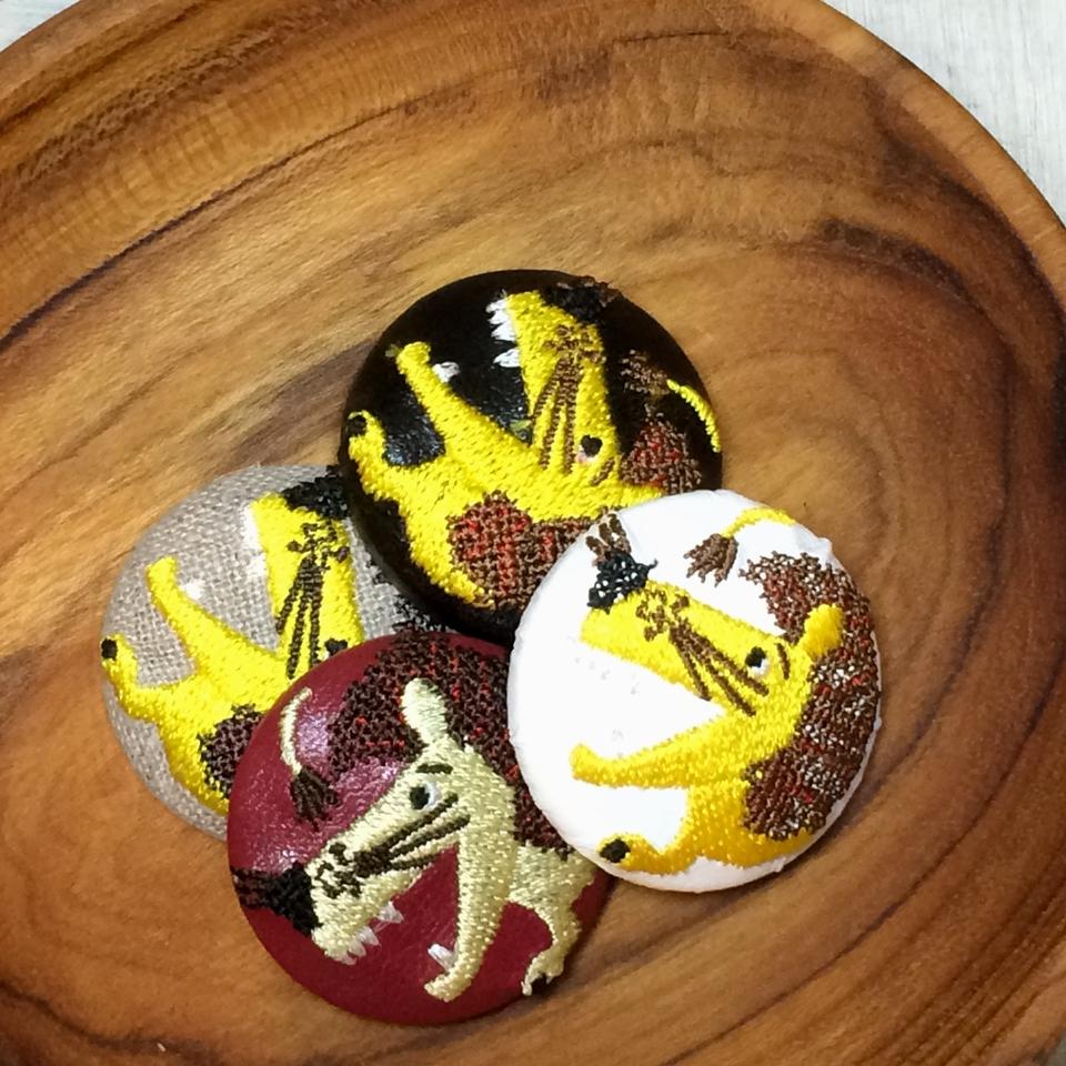 ライオンyellow38刺繍くるみボタン/お皿