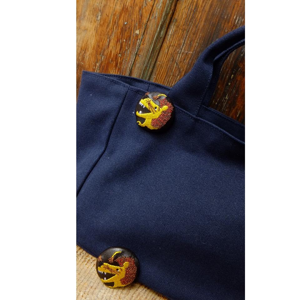 ライオンyellow38刺繍くるみボタン/バック黒革