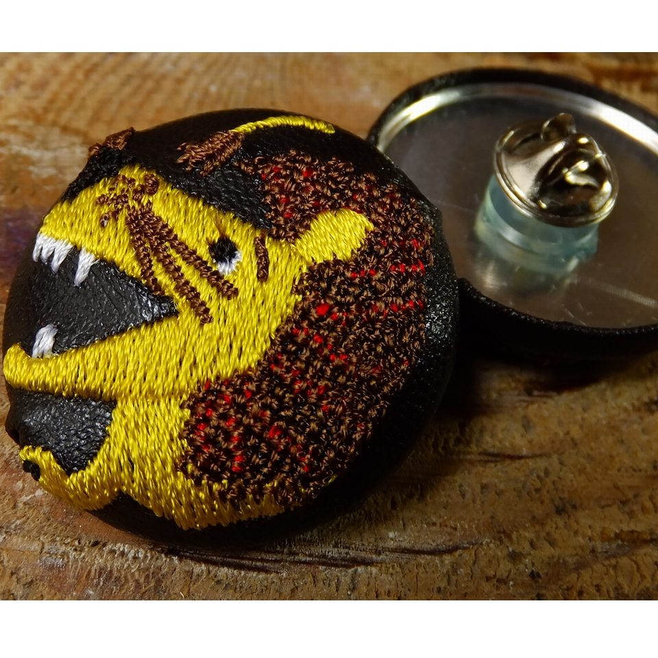 ライオンyellow38刺繍くるみボタン/クラッチ&ピン