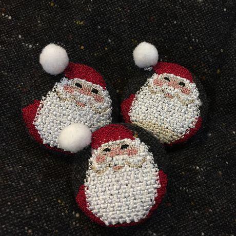 サンタスマイル刺繍くるみボタンWT