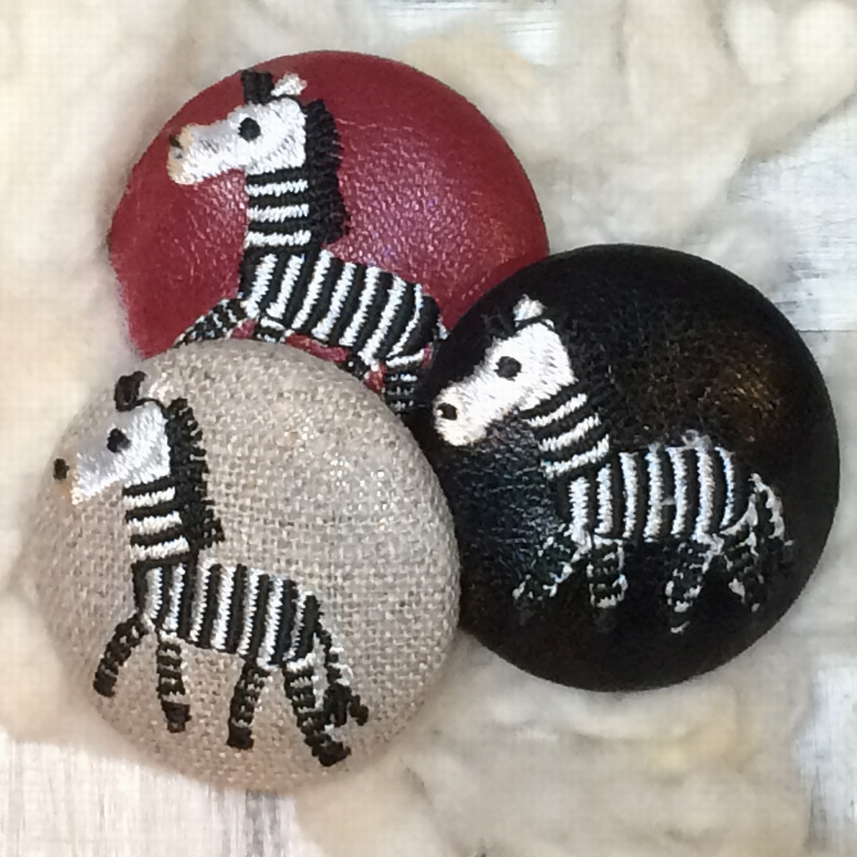 シマウマ[黒]刺繍くるみボタン/3種