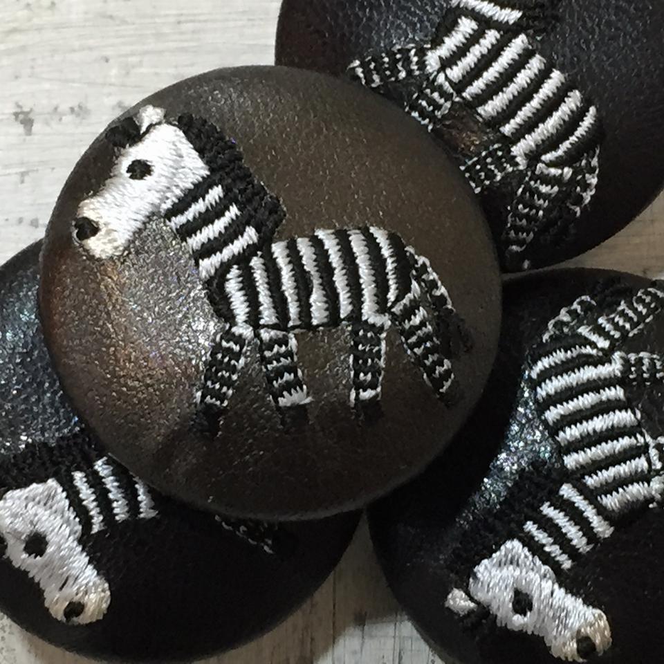 シマウマ[黒]刺繍くるみボタン/アップ黒革・ブロンズ革