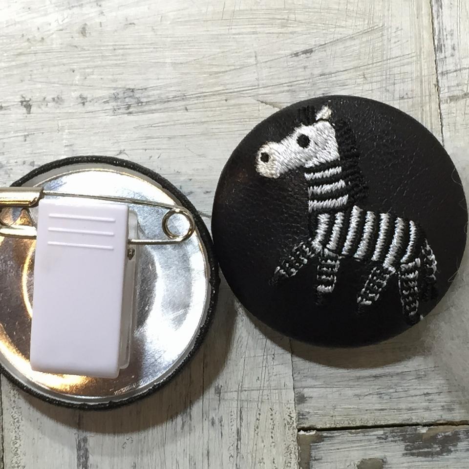 シマウマ[黒]刺繍くるみボタン/背面加工・黒革