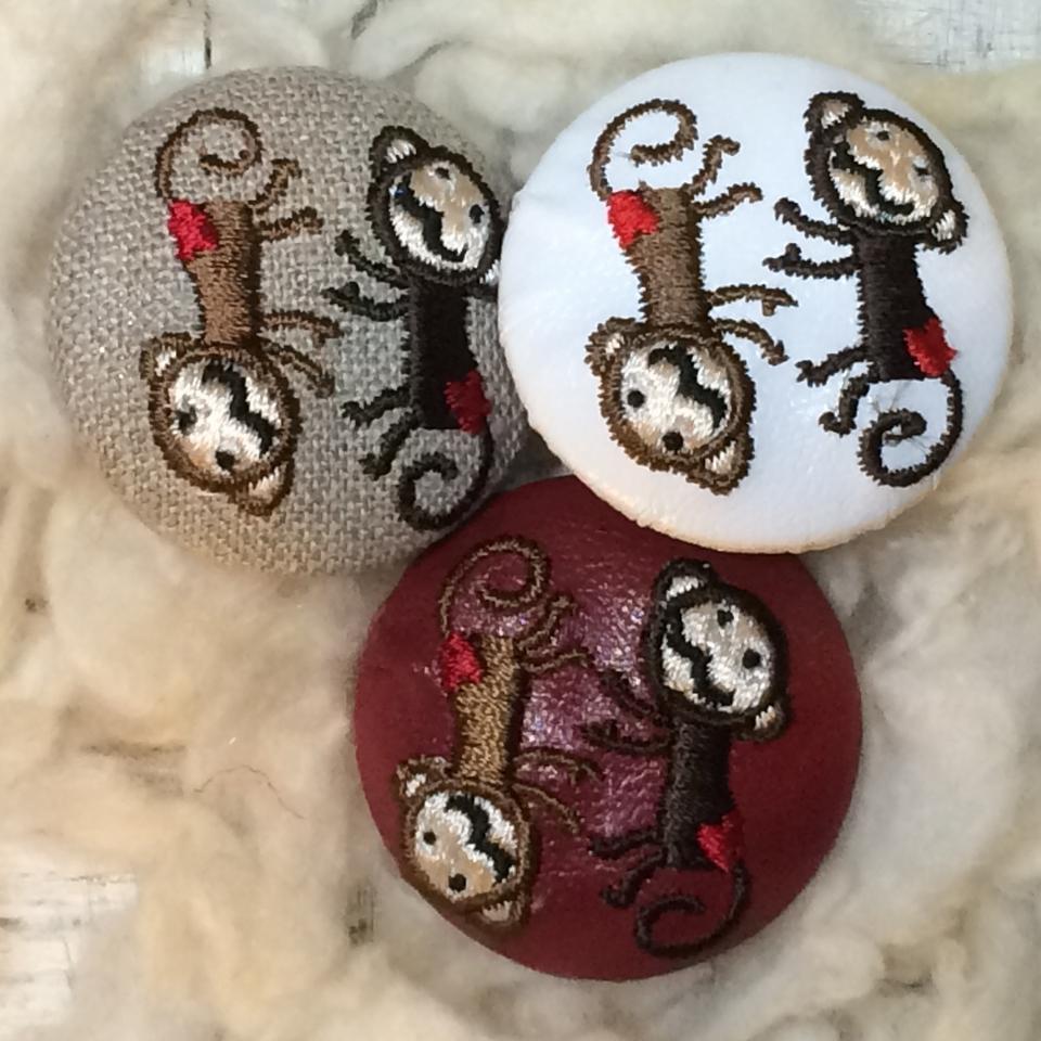 サル[茶]刺繍くるみボタン/3種
