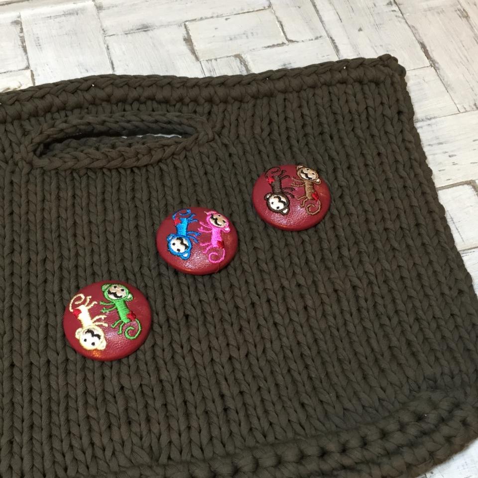 サル[イエローxグリーン]刺繍くるみボタン/赤革の3色でバック