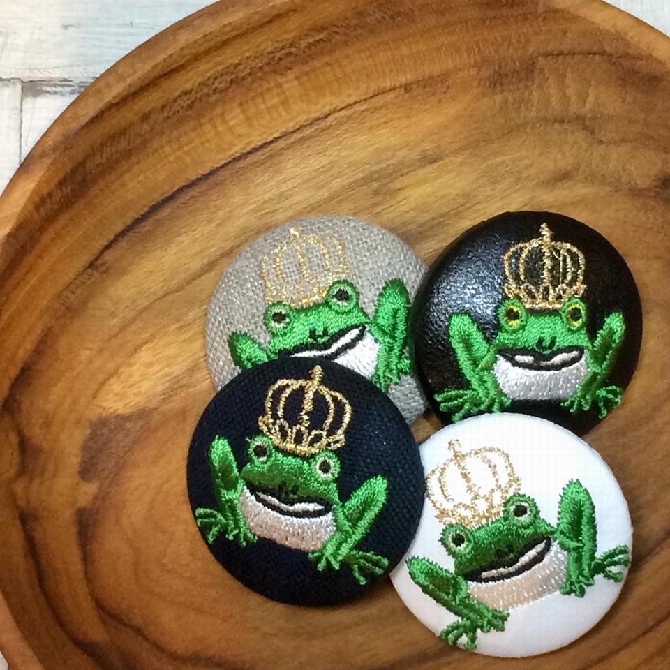 金冠カエルKING38刺繍くるみボタン/木のトレー4種