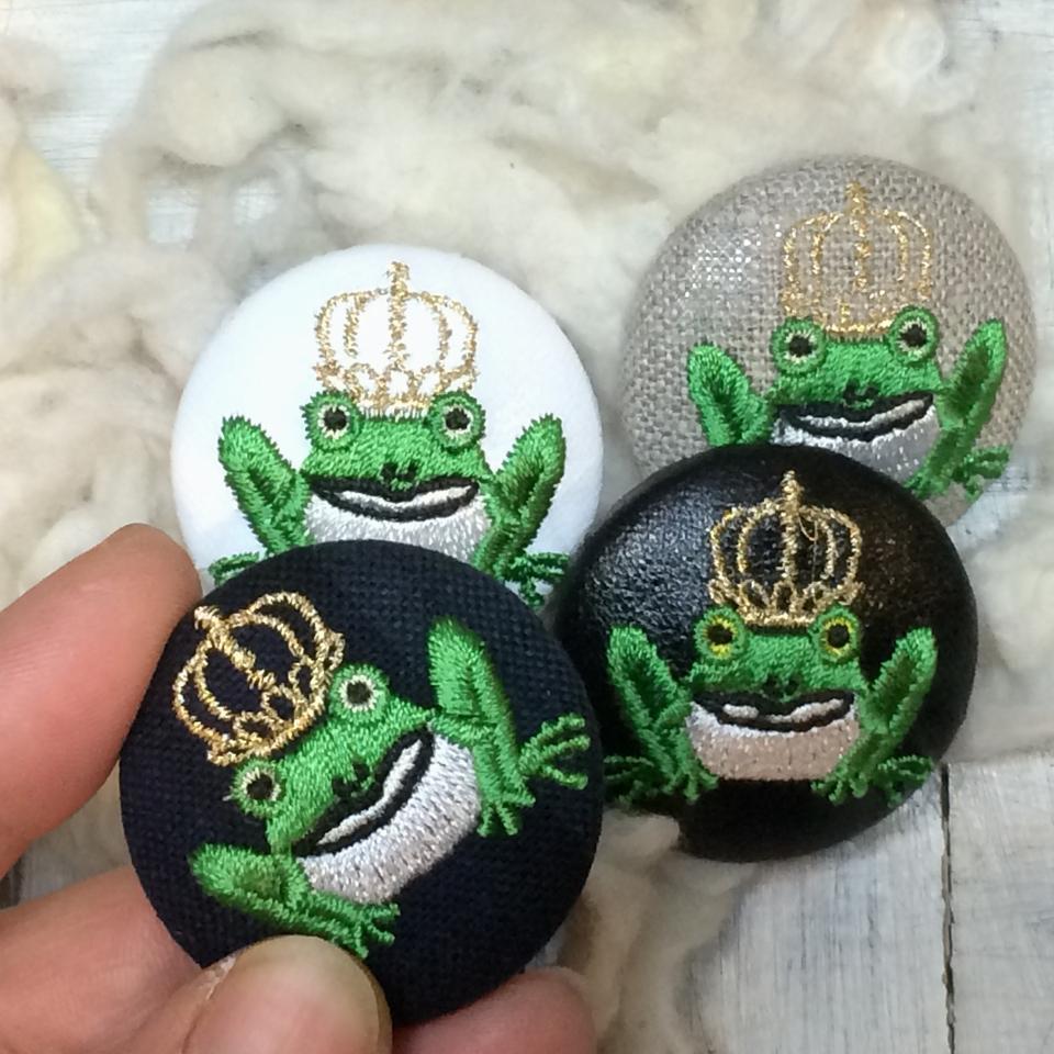 金冠カエルKING38刺繍くるみボタン/ハンド