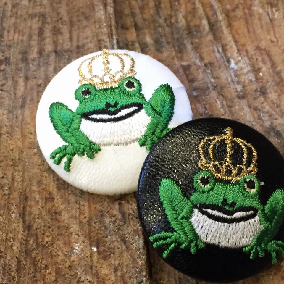金冠カエルKING38刺繍くるみボタン/黒革・白革
