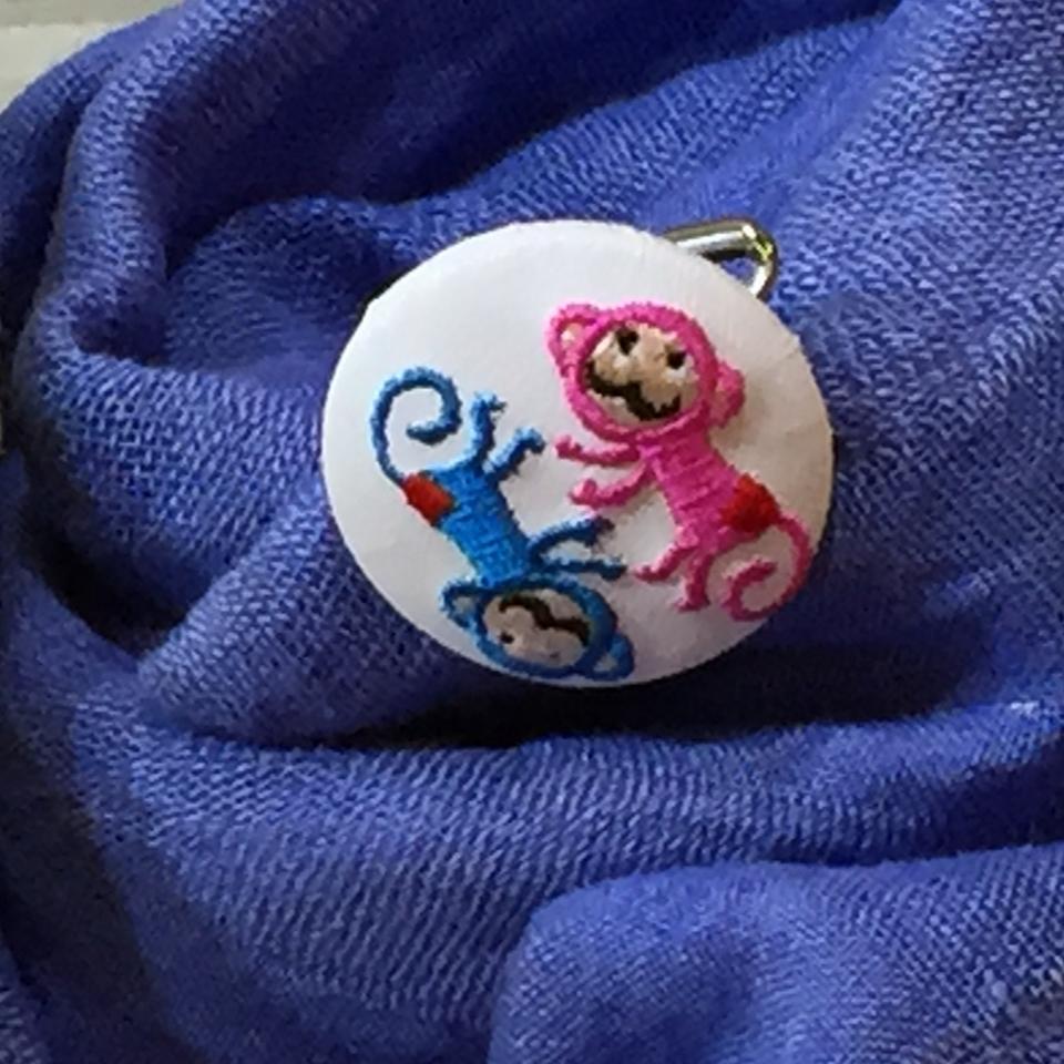 サル[ピンクxブルー]刺繍くるみボタン/ストール