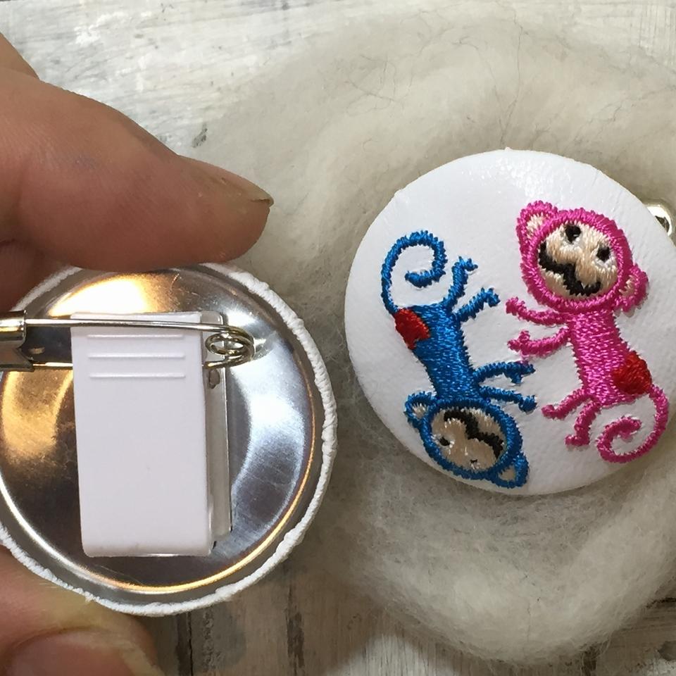 サル[ピンクxブルー]刺繍くるみボタン/背面加工安全ピン付きクリップ