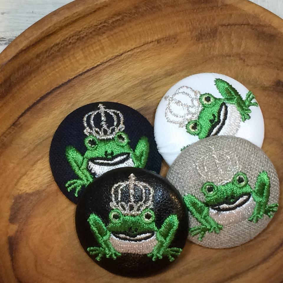 銀冠カエルKING38刺繍くるみボタン/木のトレー4種