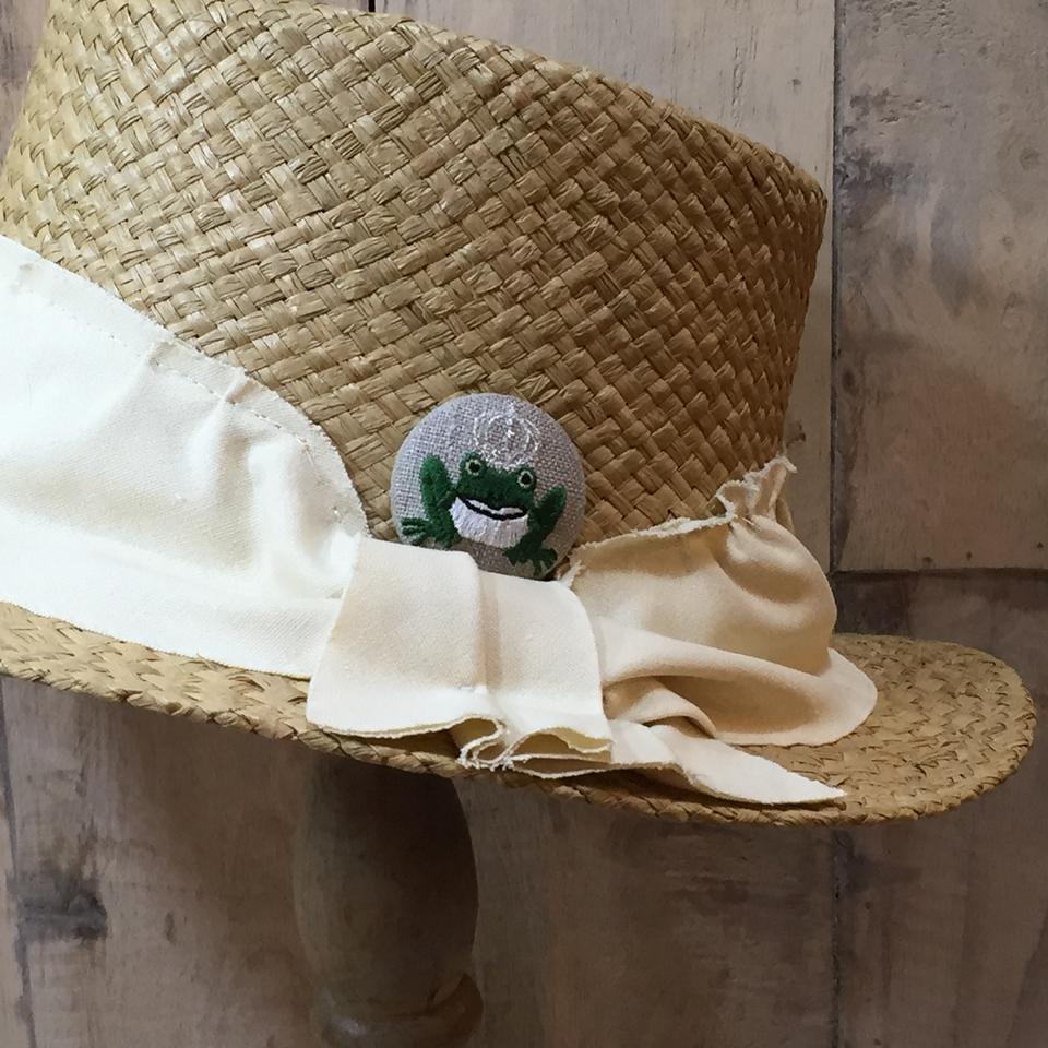 銀冠カエルKING38刺繍くるみボタン/帽子