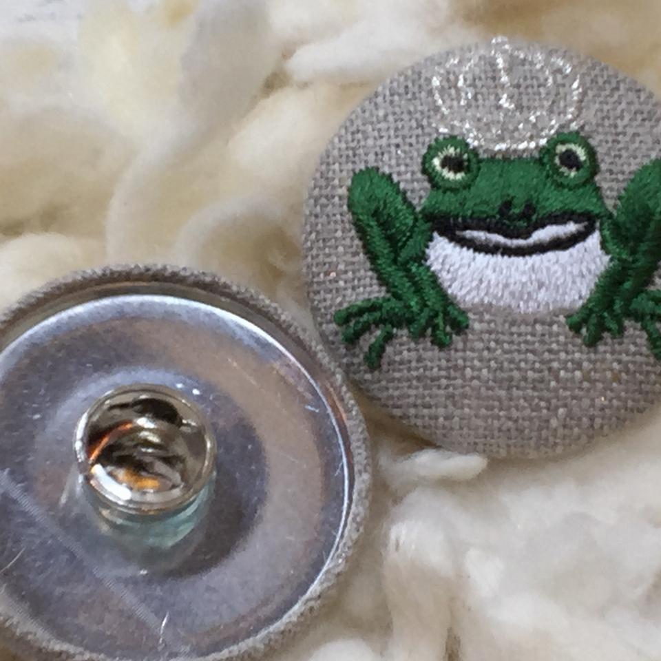 銀冠カエルKING38刺繍くるみボタン/クラッチ&ピン