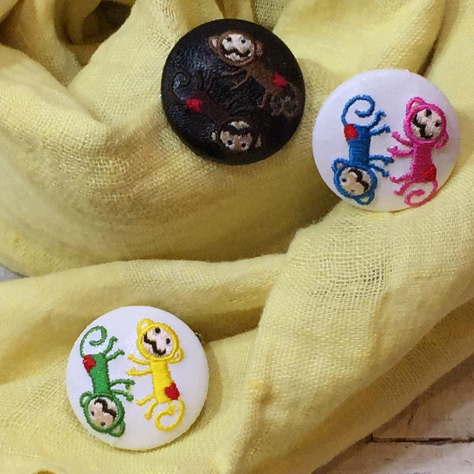 サル[イエローxグリーン][茶][ピンクxブルー]刺繍くるみボタン/ストール