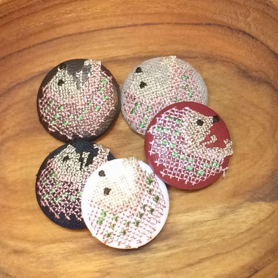 ハリネズミ[ピンク]刺繍くるみボタン木のトレー
