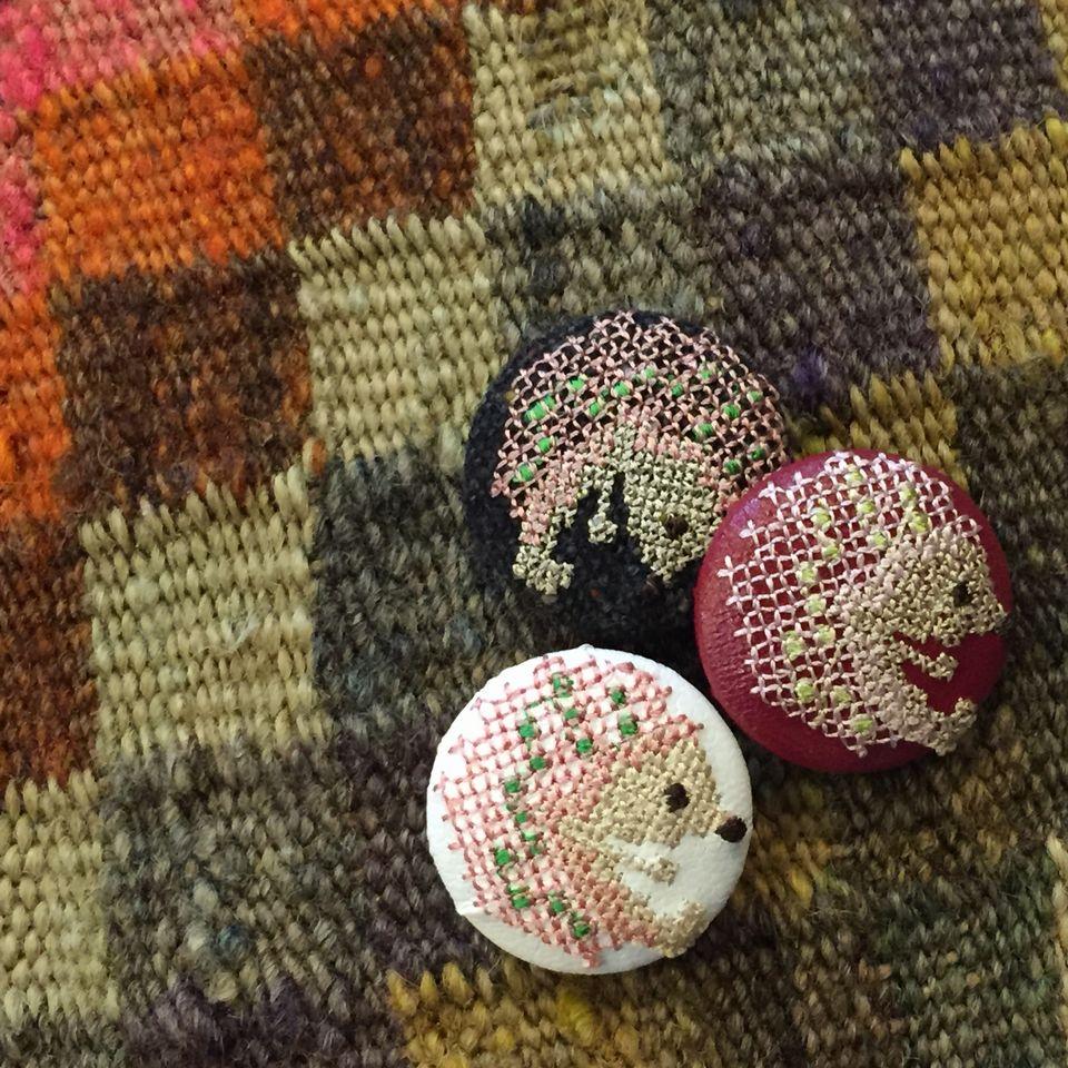 ハリネズミ[ピンク]刺繍くるみボタンギュベ生地