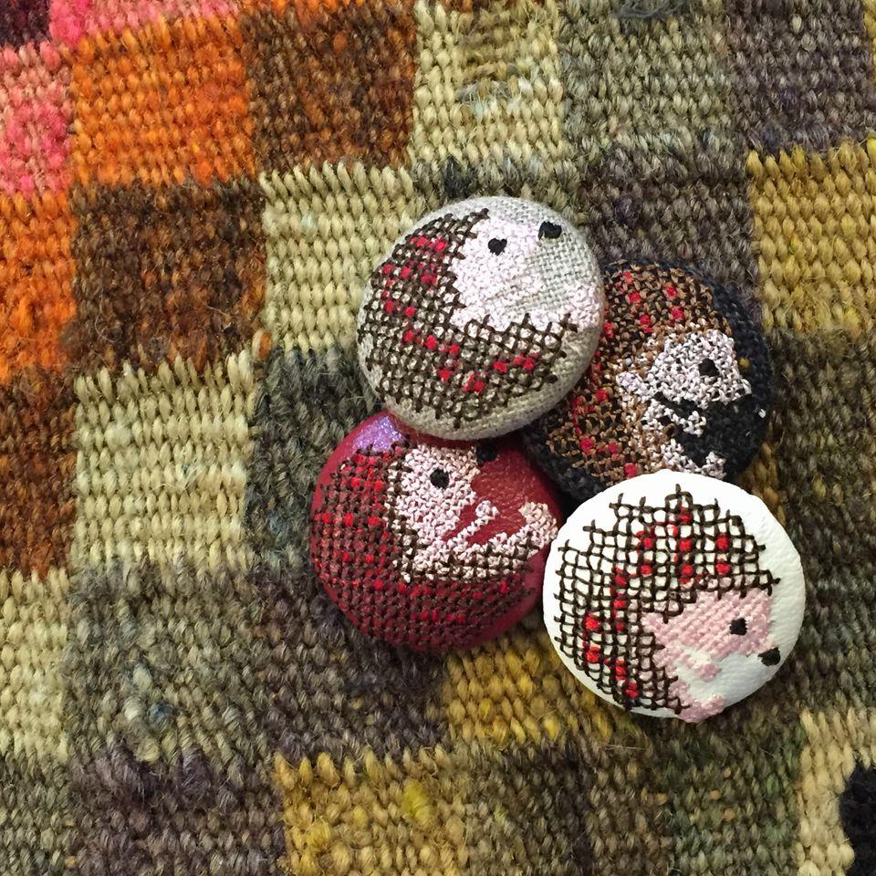 ハリネズミ[茶]刺繍くるみボタンギュウベの上