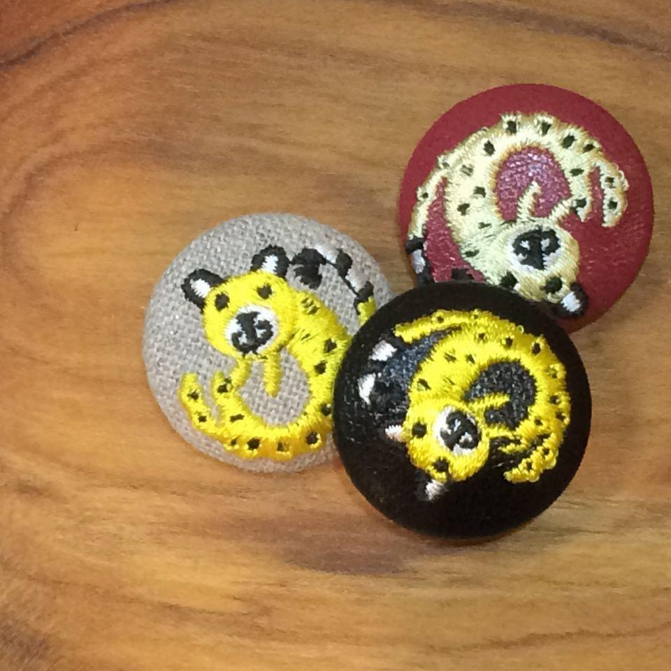 チーター[黄]刺繍くるみボタン木の皿