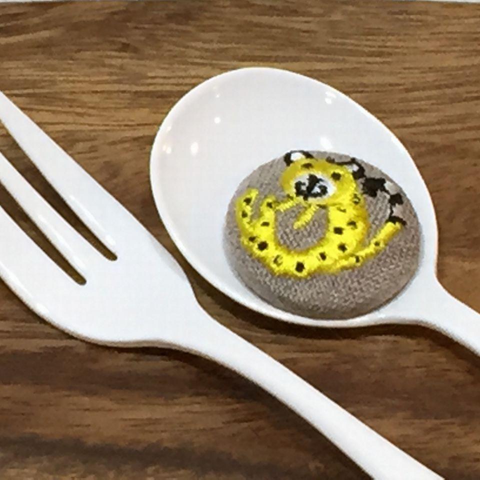 チーター[黄]刺繍くるみボタンスプーンへ