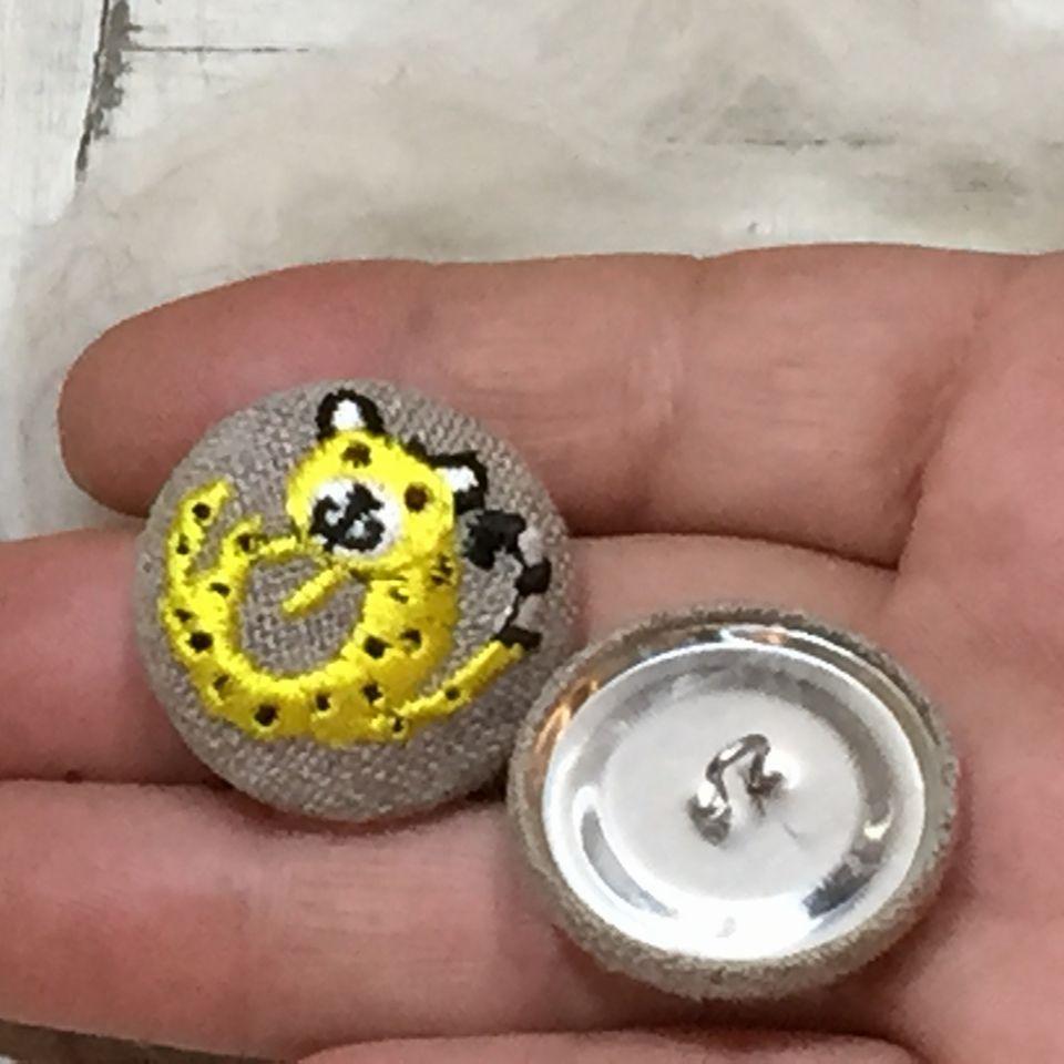 チーター[黄]刺繍くるみボタン手のひら