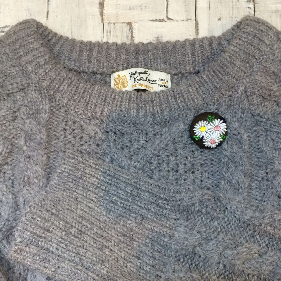マーガレット[アソート]刺繍くるみボタンセーターへ