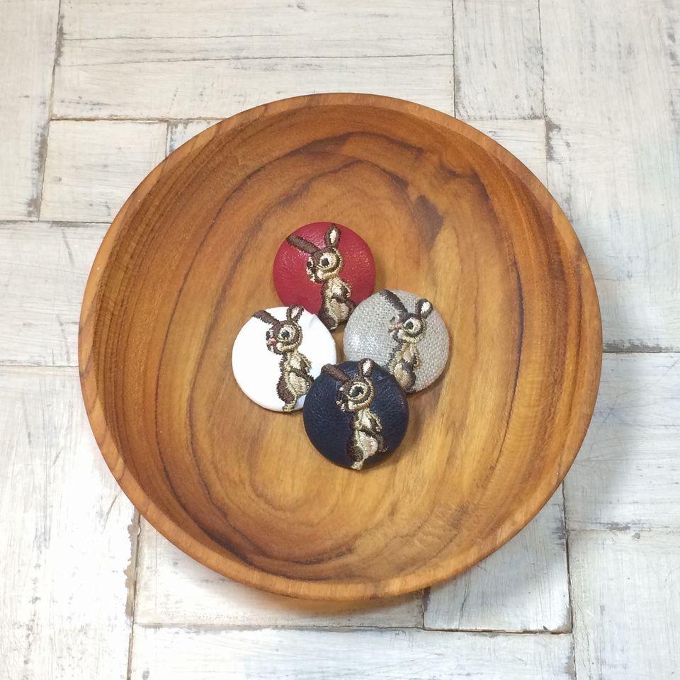 うさぎ[茶]刺繍くるみボタン木の小皿へ