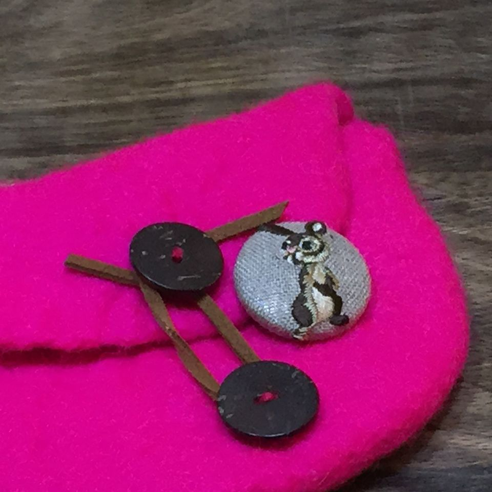 うさぎ[茶]刺繍くるみボタンポーチ