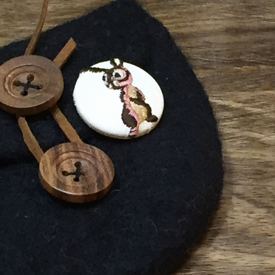 うさぎ[茶]刺繍くるみボタンポーチ白革