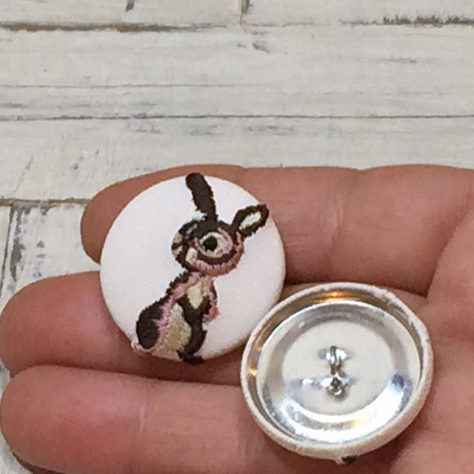 うさぎ[ピンク]刺繍くるみボタン手のひら白革