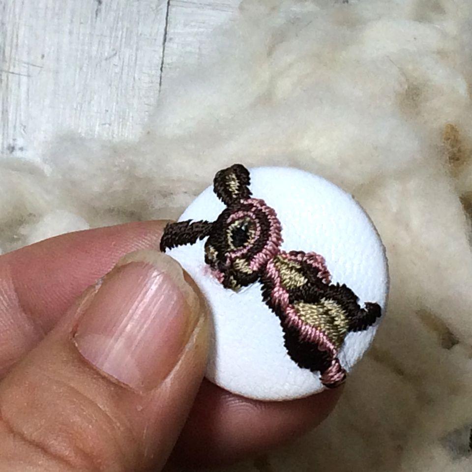 うさぎ[ピンク]刺繍くるみボタンハンド白革