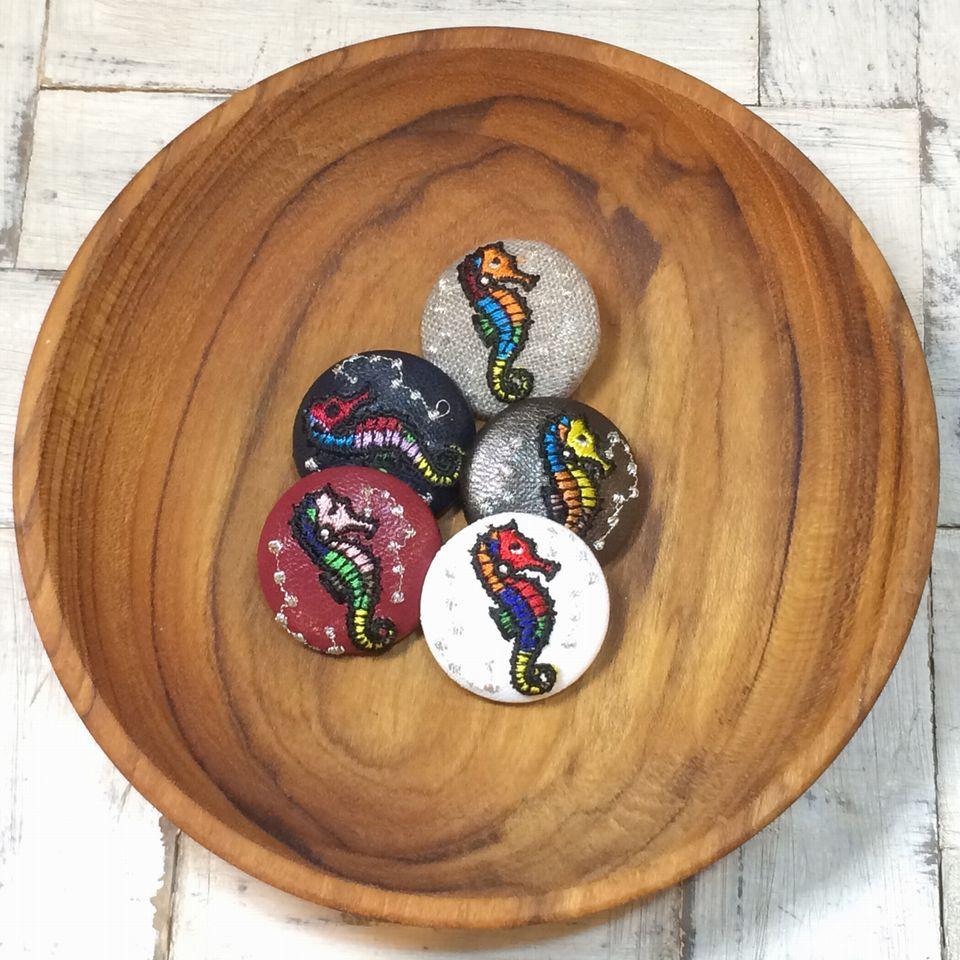 竜のオトシゴ&水玉刺繍くるみボタン木のトレー