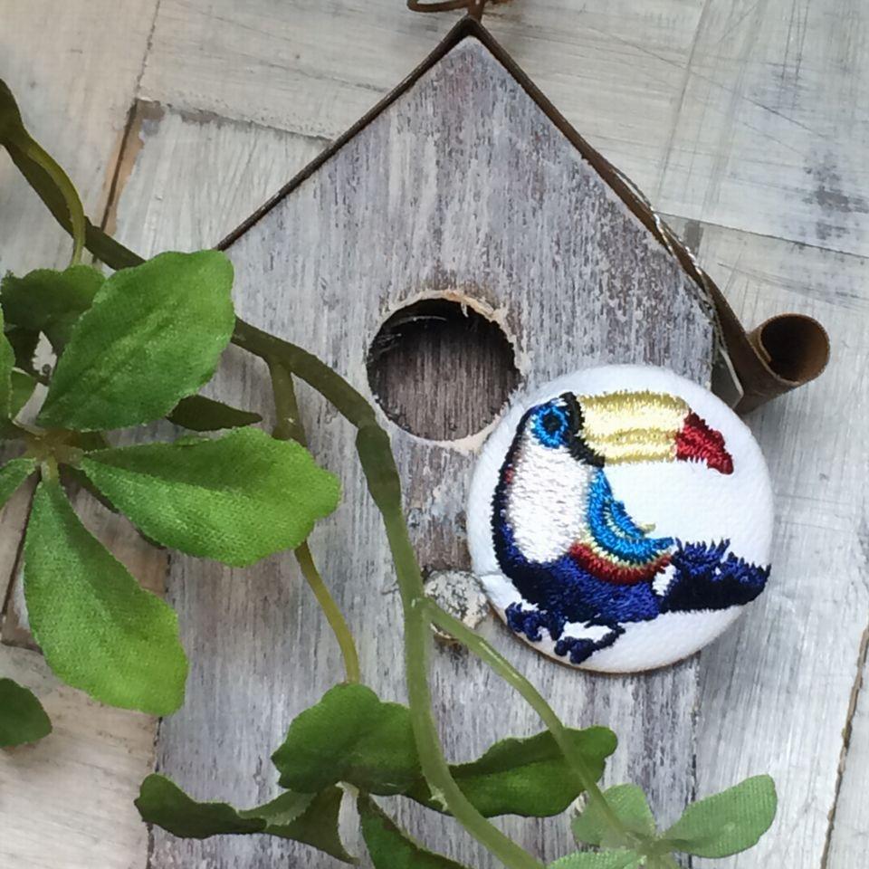 オオハシ刺繍くるみボタン[紺]鳥の巣と写真