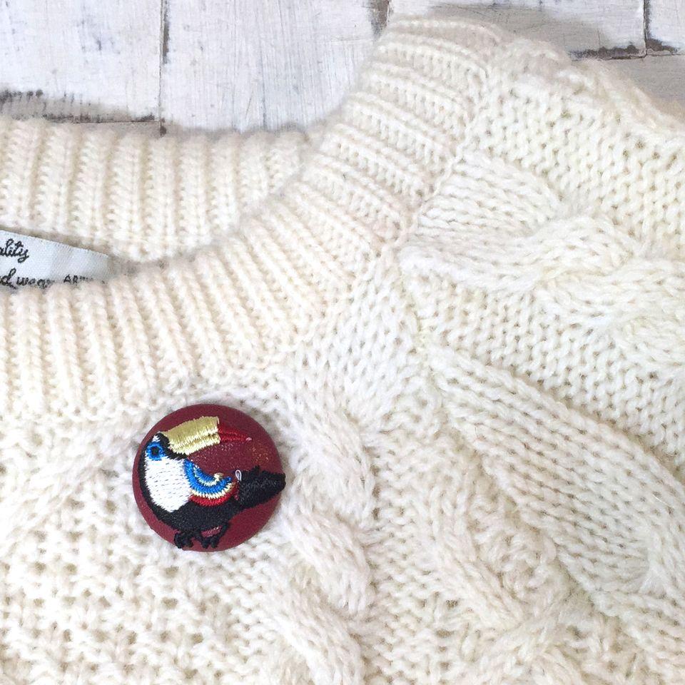オオハシ刺繍くるみボタン[黒]セーター赤革