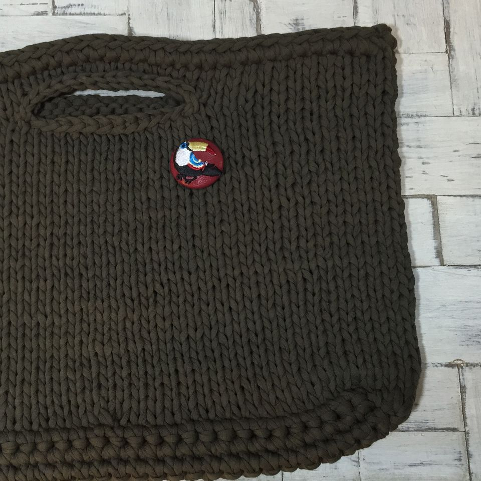 オオハシ刺繍くるみボタン[紺]バック赤革