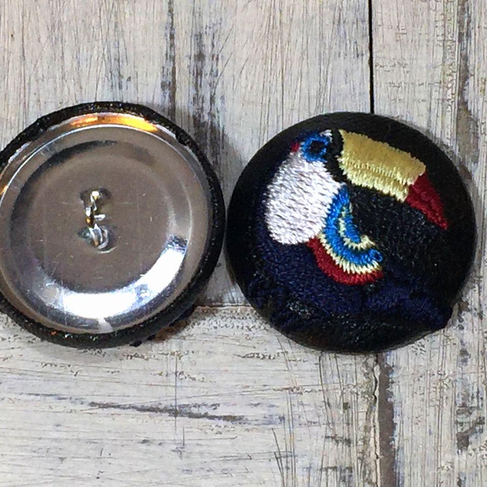 オオハシ刺繍くるみボタン[紺]背面加工くるみボタン