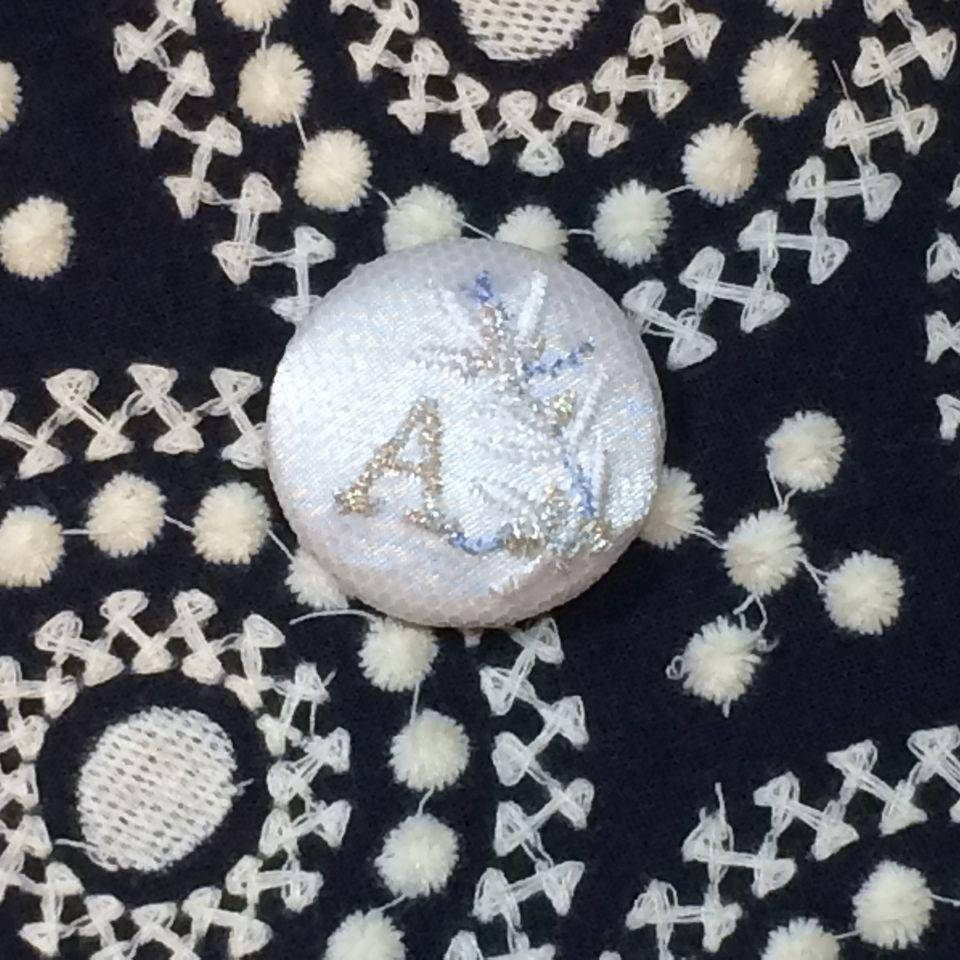イニシャルオリーブ[A]刺繍くるみボタン刺繍バンダナ紺