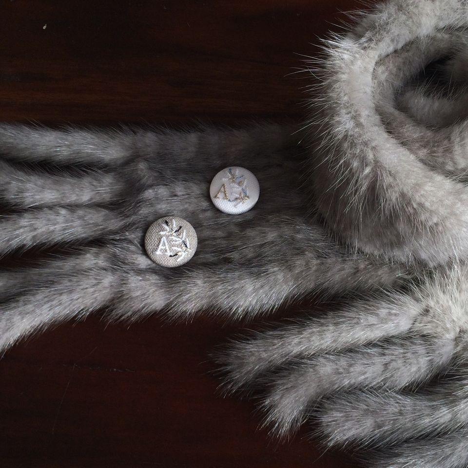 イニシャルオリーブ[A]刺繍くるみボタンマフラー