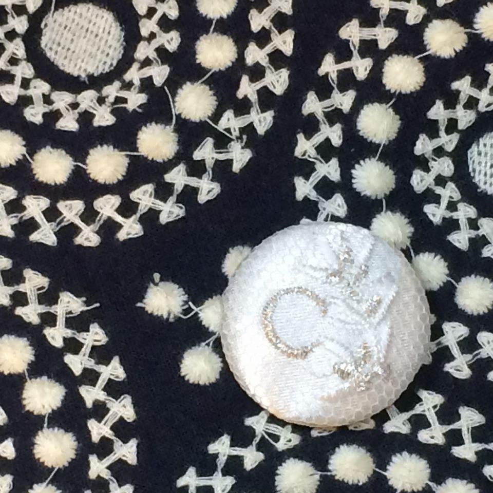 イニシャルオリーブ[C]刺繍くるみボタンバンダナ紺