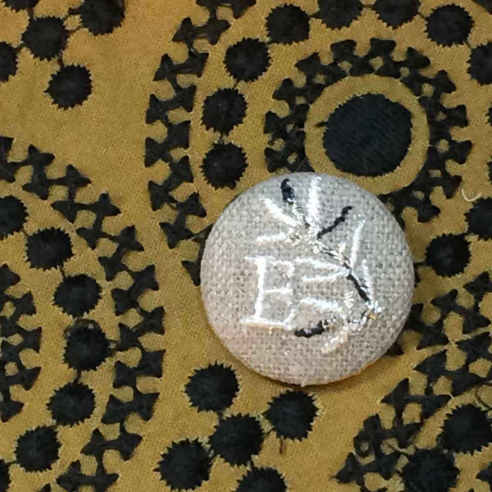 イニシャルオリーブ[E]刺繍くるみボタンバンダナ茶