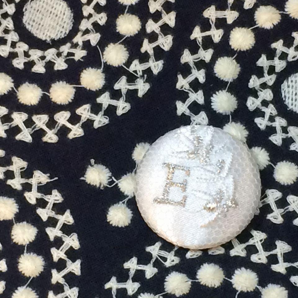 イニシャルオリーブ[E]刺繍くるみボタン紺