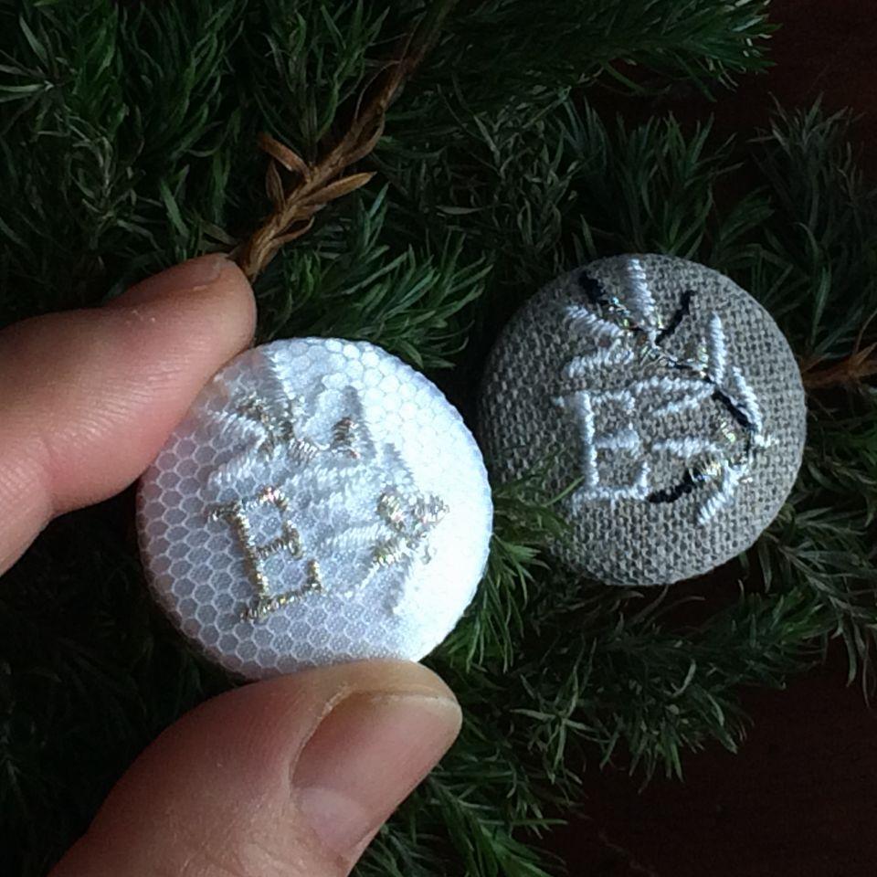 イニシャルオリーブ[E]刺繍くるみボタンハンド