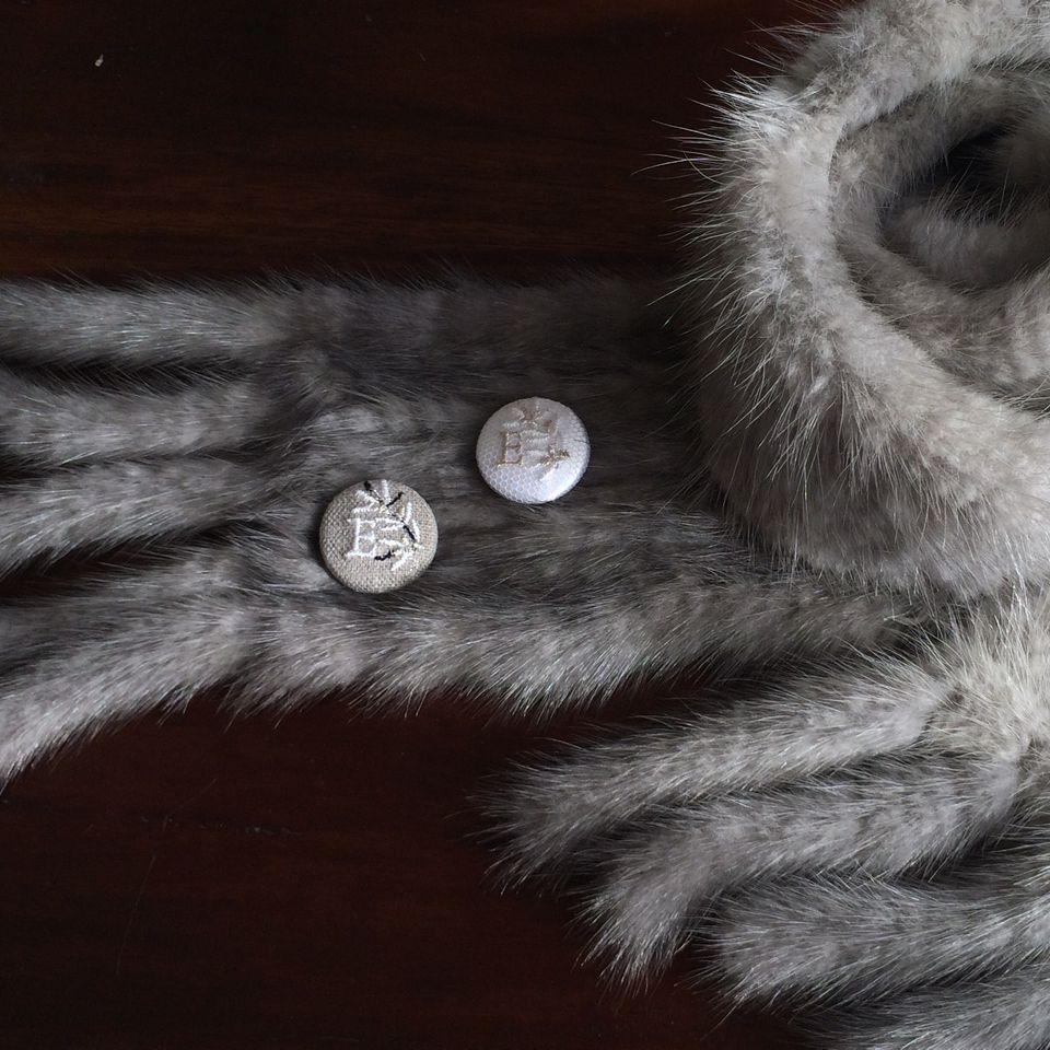 イニシャルオリーブ[E]刺繍くるみボタンマフラー