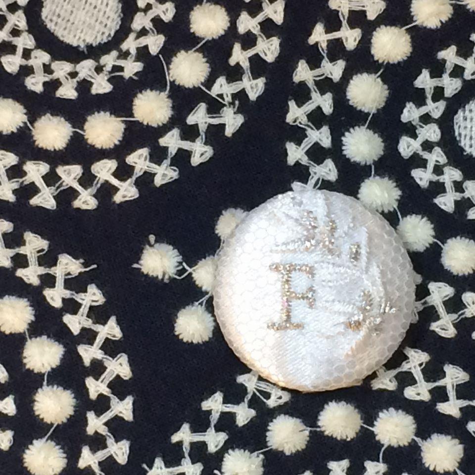 イニシャルオリーブ[F]刺繍くるみボタンバンダナ紺