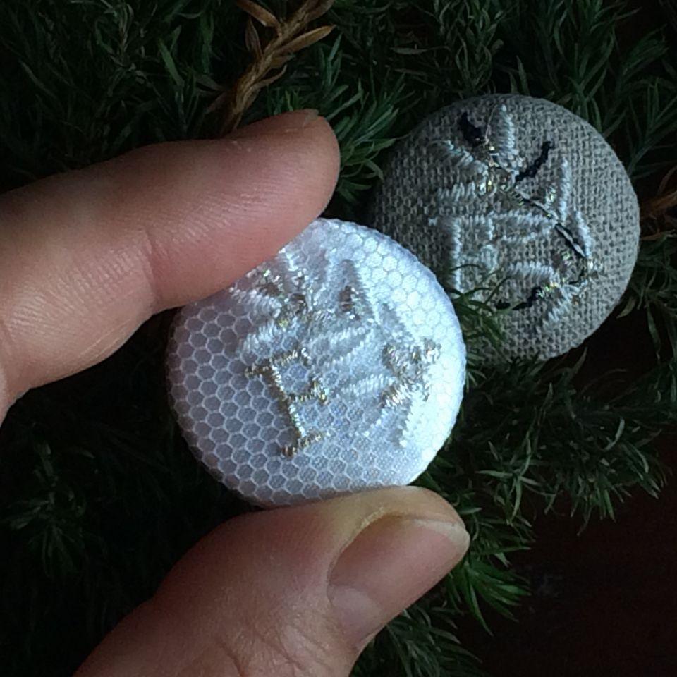 イニシャルオリーブ[F]刺繍くるみボタンハンド