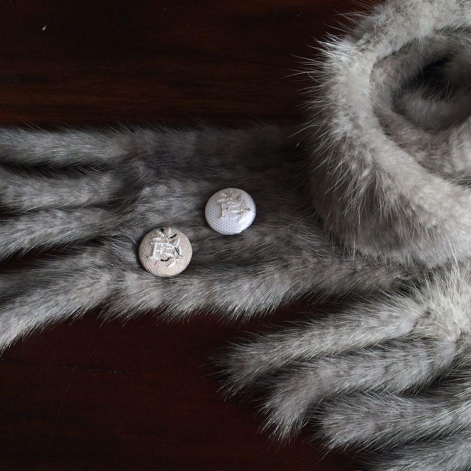 イニシャルオリーブ[F]刺繍くるみボタンマフラー